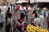 Video : నడిరోడ్డుపై బ్యాట్స్ పగిలేలా కొట్టుకున్నారుగా...