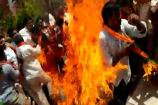 Video: కేసీఆర్ దిష్టిబొమ్మ తగలబెడుతుంటే.. బీజేపీ నేతలకు అంటుకున్న మంటలు