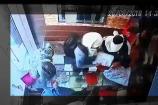 Video: పట్టపగలే బంగారు షాపులో చోరీ... సీసీటీవీ దృశ్యాలు