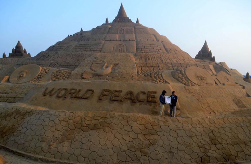 ప్రపంచ శాంతిని ఆకాంక్షిస్తూ మహా సైకత శిల్పం