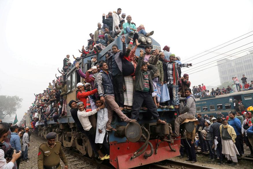 బంగ్లాదేశ్, ఢాకాలోని టోంగ్లోనిలో ప్రార్థన తర్వాత టోంగి రైలు ఎక్కిన ప్రయాణికులు(Image: Reuters)