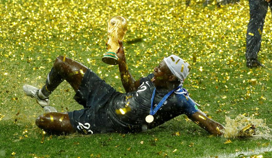 ఫ్రాన్స్ ప్రపంచ కప్ గెలిచిన విజయానందంలో బెంజమిన్ మెండీ (Image: Reuters)