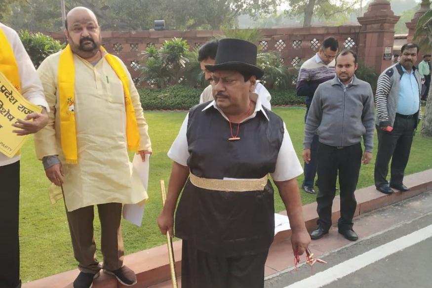 పార్లమెంట్ వద్ద 'మెజీషియన్' వేషధారణలో నిరసన తెలుపుతున్న టీడీపీ ఎంపీ శివప్రసాద్