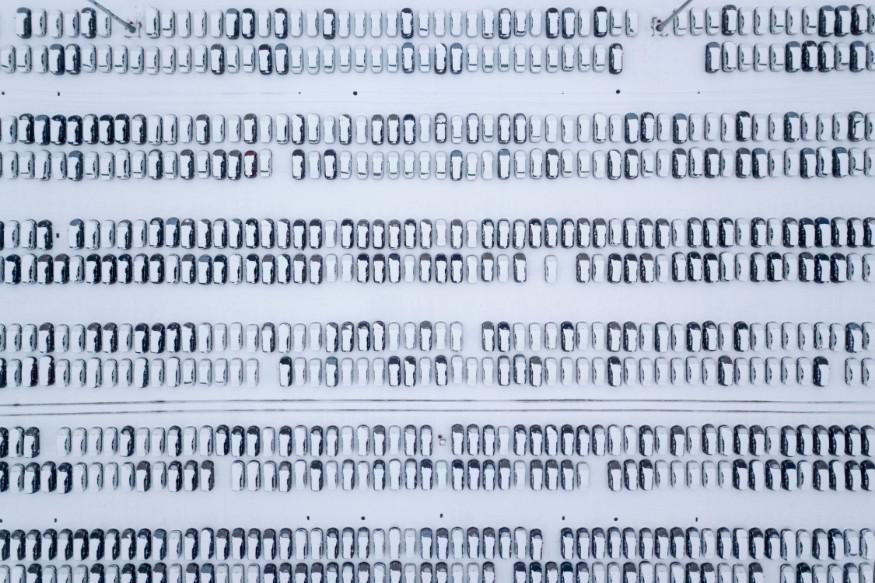 10. చైనాలోని షాండోంగ్ ప్రావిన్స్లో కార్లపై కురిసిన మంచు. (Image: Reuters)