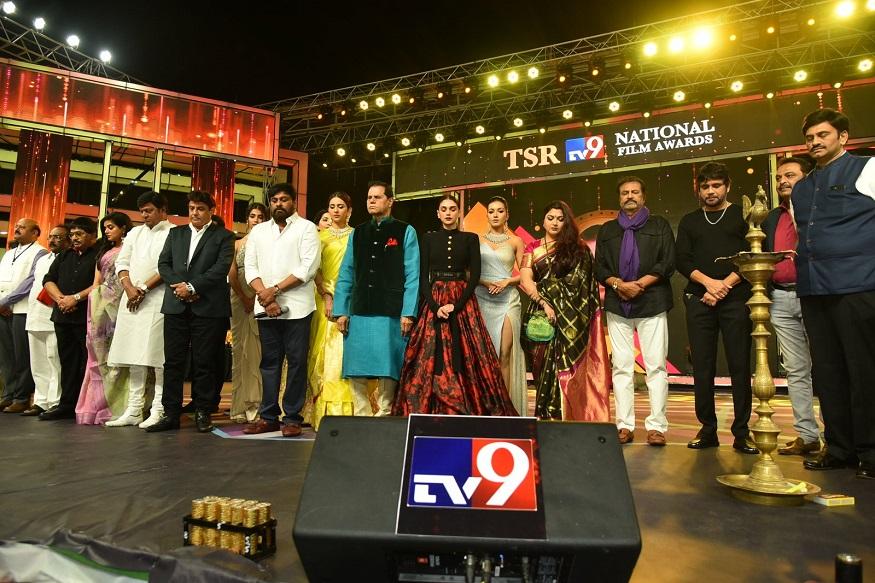 Tollywood Senior Heroes Chiranjeevi Balakrishna Nagarjuna Mohan babu Attend TSR Awards Function, TSR Awards Function | ప్రముఖ నిర్మాత కళాబంధు టి.సుబ్బరామి రెడ్డి ప్రతి యేడాది ప్రతిష్టాత్మకంగా ఇచ్చే సినిమా అవార్డ్స్ విశాఖ పట్నంలో అంగరంగ వైభవంగా జరిగింది. ఈ వేడుకకు తెలుగు సినీ ఇండస్ట్రీకి చెందిన సీనియర్ అగ్ర కథానాయకులైన చిరంజీవి, బాలకృష్ణ, మోహన్ బాబు, నాగార్జున, రాజేంద్ర ప్రసాద్లు ఈ వేడుకకు హాజరైన అభిమానులకు కనువిందు చేశారు. TSR Awards, TSR Awards 2019, T subbarami reddy TSR Awards Chiranjeevi Nagarjuna Balakrishna Mohan babu, TSR Awards Best Actors balakrishna Ram Charan Nagarjuna, telugu Cinema News, Tollywood News, టీఎస్సార్ అవార్డ్స్, టీఎస్సార్ ఆవార్డ్స్ 2019, టీ. సుబ్బరామిరెడ్డి చిరంజీవి నాగార్జున బాలకృష్ణ మోహన్ బాబు విద్యాబాలన్