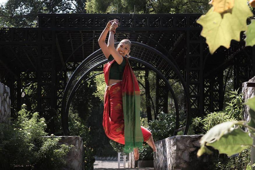 4. ఇటీవల తన ఇన్స్టాగ్రామ్లో బ్రైడల్ ఫోటోషూట్ పిక్స్ అప్లోడ్ చేసింది. ఆమె ఫాలోయర్లు అంతా షాకయ్యారు. క్యాన్సర్కు చికిత్సతో జుట్టంతా ఊడిపోయినా ఏమాత్రం కుంగిపోకుండా పెళ్లికూతురిలా ముస్తాబై ఫోటోలు దిగింది. (image: naviindranpillai/Instagram)