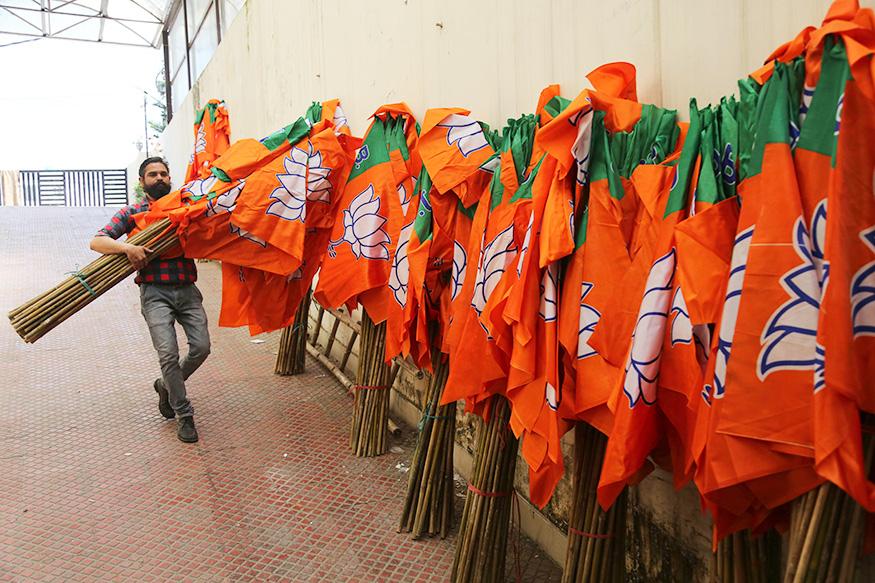 ప్రచార సామాగ్రి తయారీలో గుజరాత్ కంపెనీలు ముందు వరుసలో నిలుస్తున్నాయి. ప్రతీ ఎన్నికల్లోనూ వినూత్నమైన డిజైన్లతో ప్రచార సామాగ్రిని తీర్చిదిద్దుతూ ఆర్డర్లు సంపాదిస్తున్నారు.(Image: AP)
