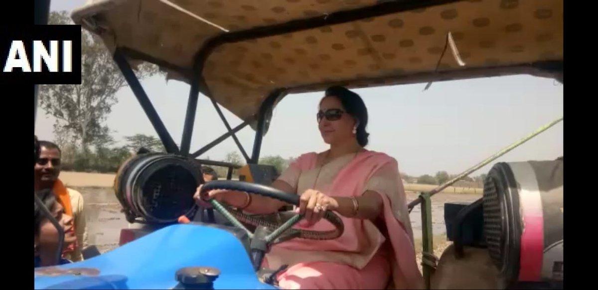 ట్రాక్టర్ నడుపుతున్న హేమా మాలిని (Image:ANI)