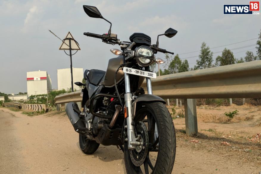 7. హీరో ఎక్స్పల్స్ 200టీ బైక్లో టర్న్ బై టర్న్ నేవిగేషన్, ఎల్ఈడీ హెడ్ల్యాంప్, టెయిల్ ల్యాంప్, డిజిటల్ స్పీడోమీటర్ లాంటి ఫీచర్లున్నాయి. (Image: Manav Sinha/News18.com)