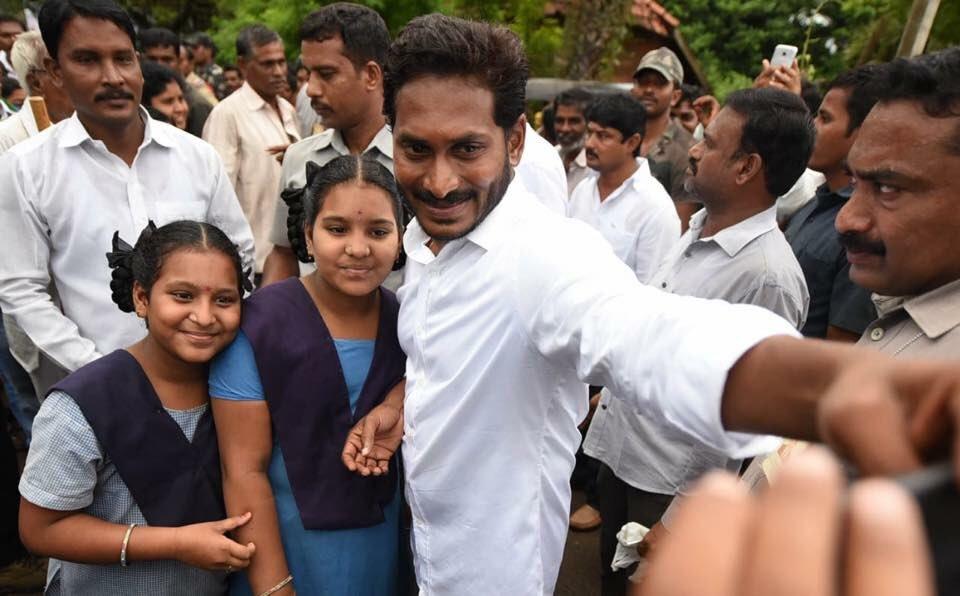 పాదయాత్ర సమయంలో స్కూల్ విద్యార్థులతో వైఎస్ జగన్ సెల్పీ..(photo: twitter)