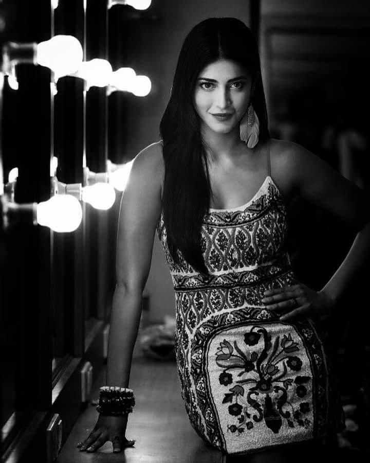 శృతి హాసన్ హాట్ ఫోటోస్.. Photo: Twitter