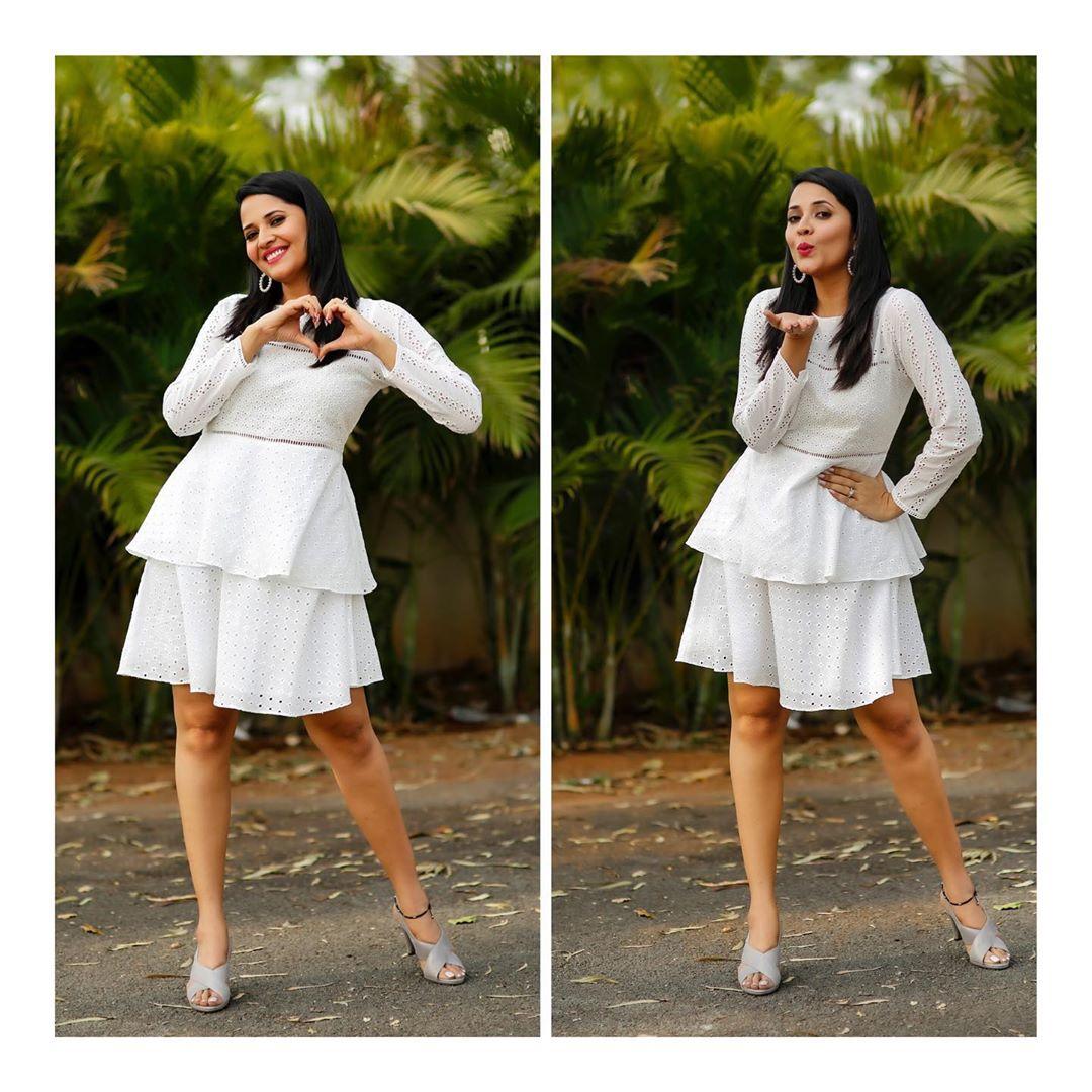 వైట్ ఫ్రాక్లో అదరగొడుతోన్న జబర్దస్త్ భామ అనసూయ Photo: Instagram.com/itsme_anasuya