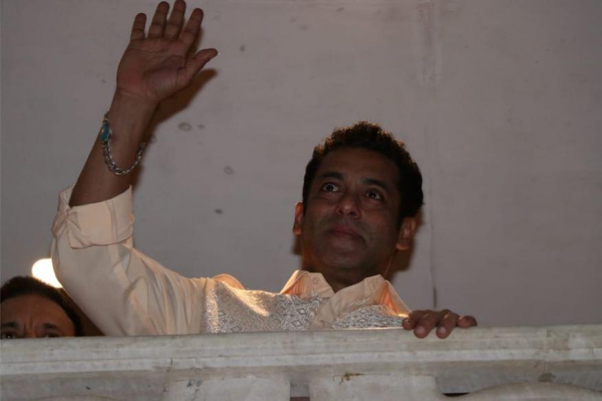 రంజాన్ సందర్భంగా తనను కలిసేందుకు వచ్చిన అభిమానులకు సల్మాన్ ఖాన్ అభివాదం (Image: Viral Bhayani)