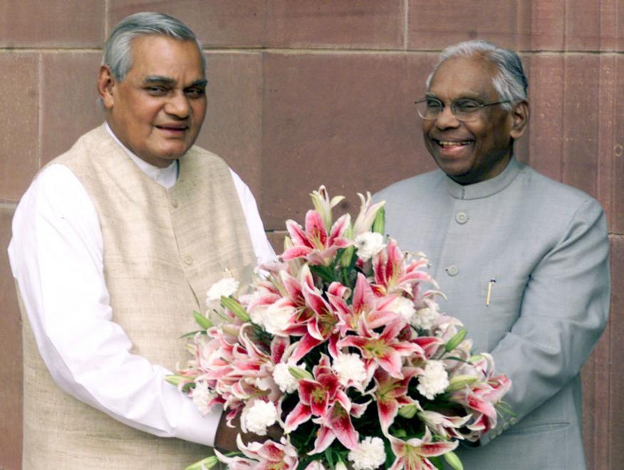 అప్పటి రాష్ట్రపతి కే.ఆర్.నారాయణ్తో అటల్ బిహారీ వాజ్పేయి (Image: Reuters)