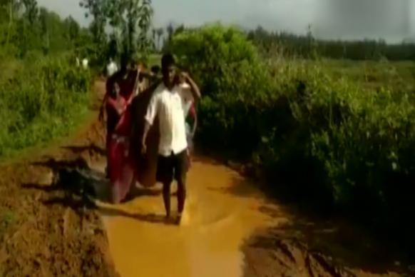 Video: నిండు గర్భిణికి నరకం.. పురిటి నొప్పులతో 6 కి.మీ..